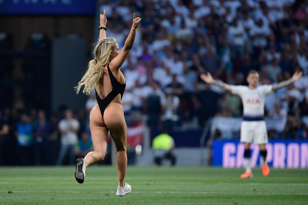 mujer semidesnuda final Champions 1